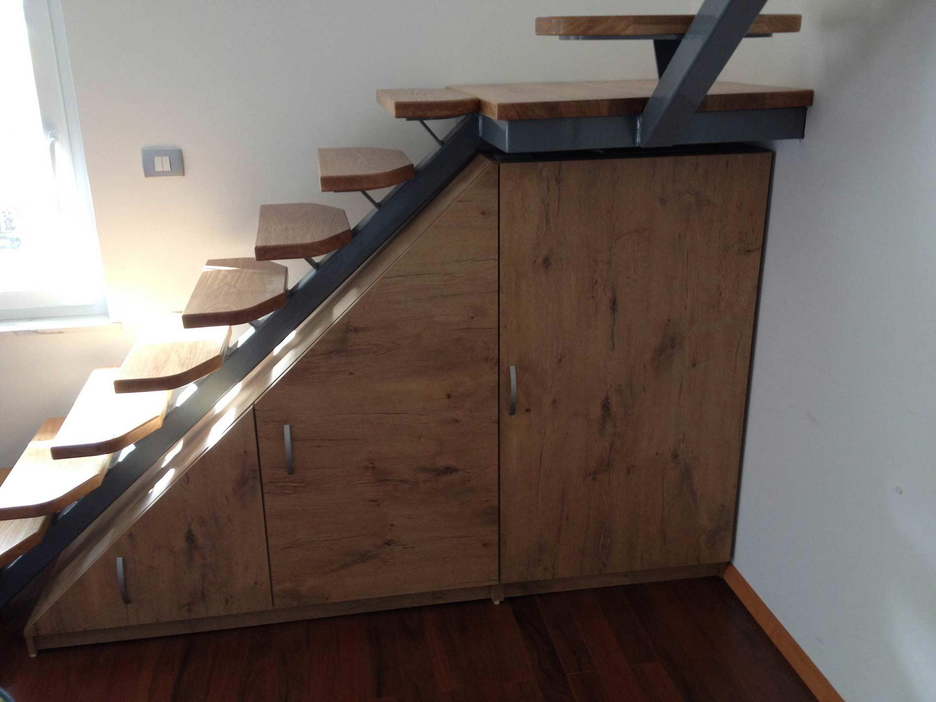 lesene stopnice temne