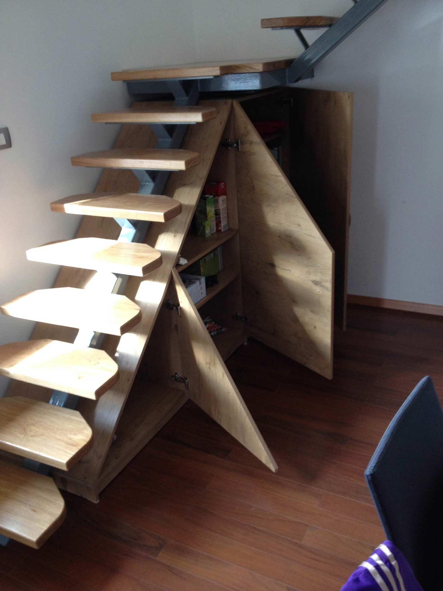 lesene stopnice temne z odprtimi vrati