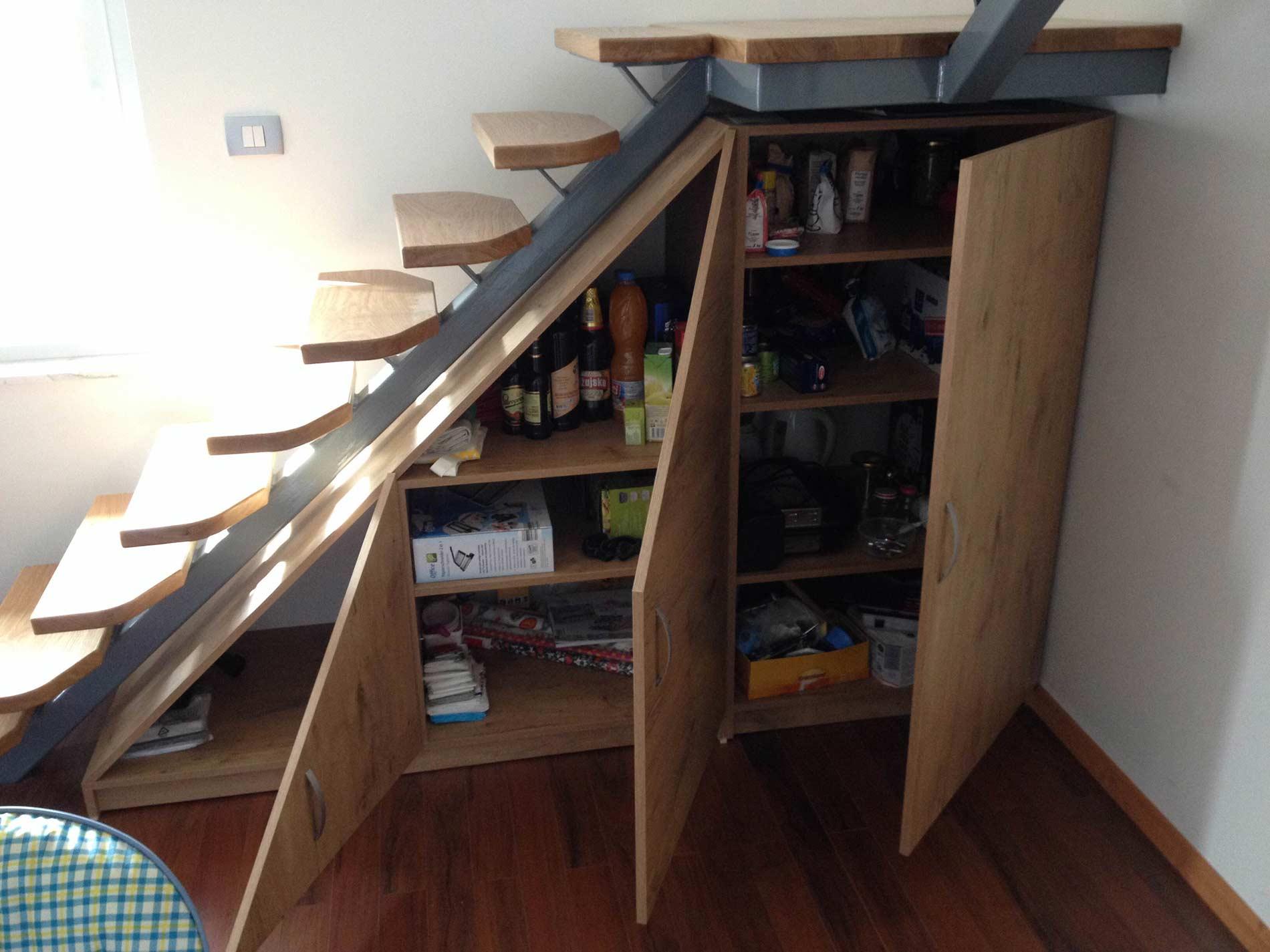 omarica pod lesenimi stopnicami z odprtimi vrati
